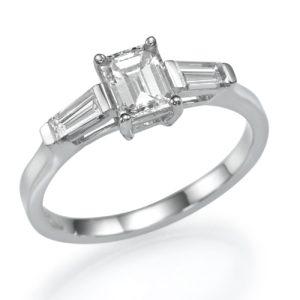 טבעת 3 יהלומים – משובצת 3 יהלומים טבעיים מרובעים מרכזיים במשקל 0.83 קראט 0.54